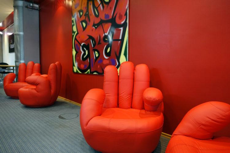 Die vier neuen gemütlichen und vom Förderverein spendierten Sessel im Jugendbuch-Bereich laden zum Lesen, Quatschen oder einfach nur Abschalten ein.